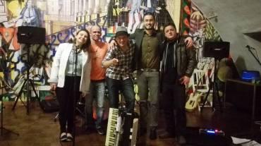 Pessoal da APEB com a Banda Nota de Roda Pé: Flávia (APEB), Paulo, Gustavo, Eduardo (APEB) e Helinho.