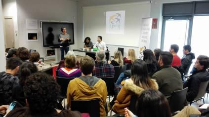 """A coordenadora de comunicação da APEB/Coimbra, Bia Carneiro, abre o primeiro seminário do ciclo """"Atual arquitetura social e política brasileira""""."""