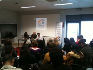 A moderadora Beatriz Caitana e os oradores Professor Elísio Estanque e Bruno Araújo.
